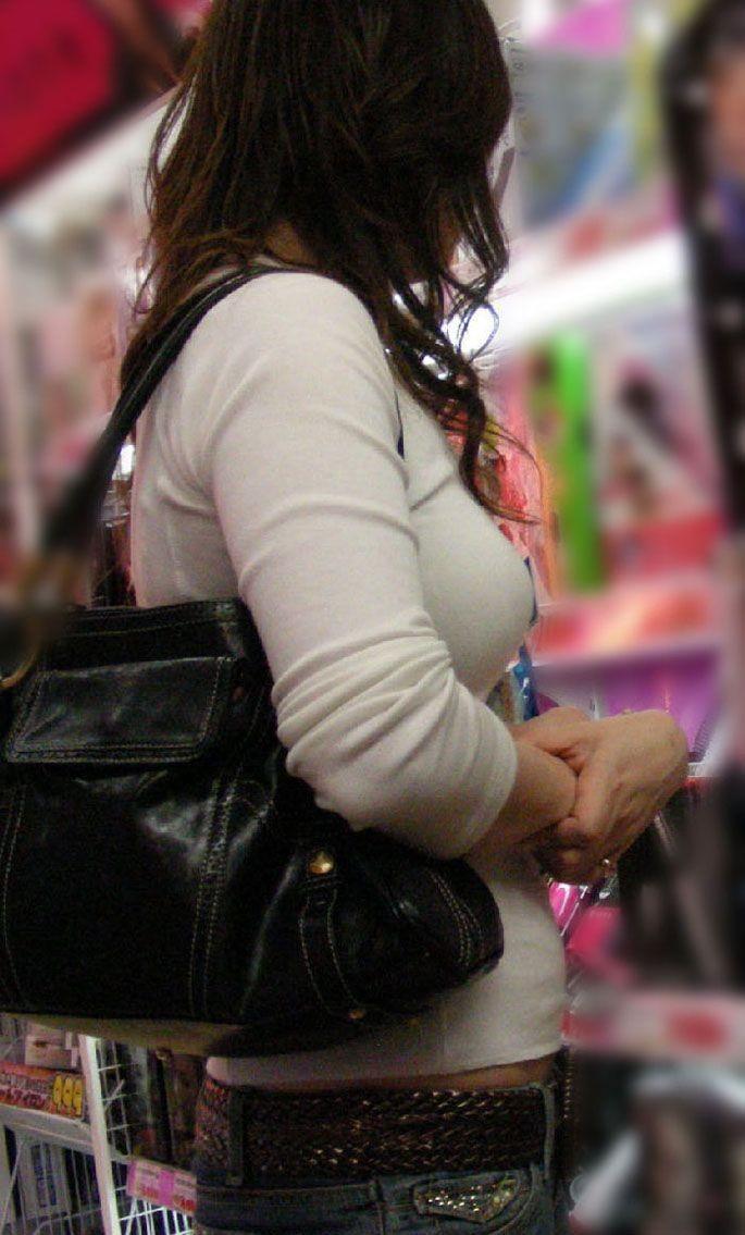 【巨乳エロ画像】注目浴びたがっている膨らみ!?目立ち過ぎた街の乳袋www 14